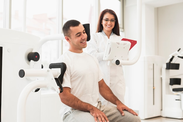 Pacjent bierze hamulec po ćwiczeniach medycznych