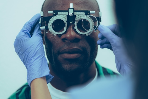 Pacjent dorosły mężczyzna na egzaminie optycznym w klinice