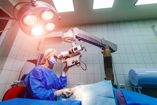 Pacjent i chirurg na sali operacyjnej podczas operacji okulistycznej.