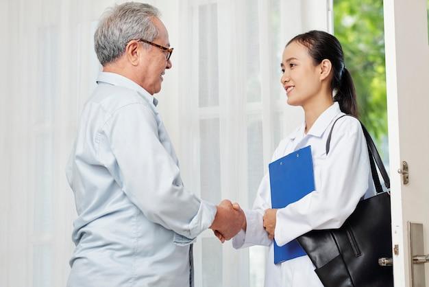 Pacjent i lekarz, ściskając ręce