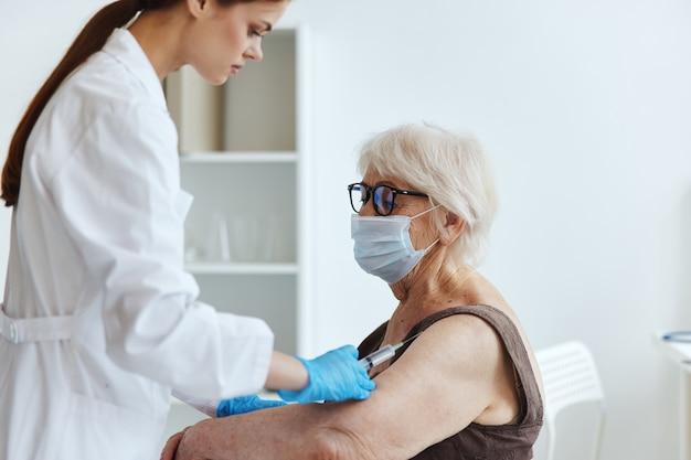 Pacjent i lekarz strzykawka do wstrzykiwań szczepionka paszport ochrona immunologiczna