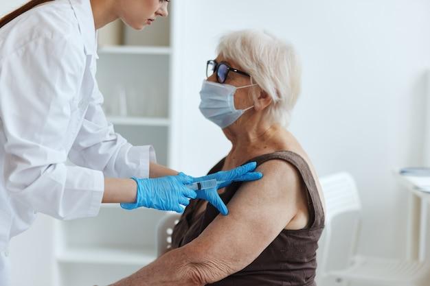 Pacjent i lekarz z paszportem covid leczenie szpitalne. zdjęcie wysokiej jakości