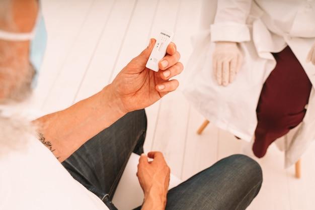 Pacjent jest gotowy do wykonania testu na ciążę u lekarza