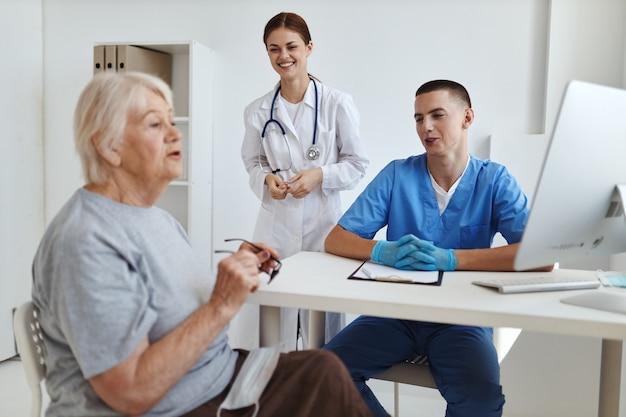 Pacjent komunikuje się z pielęgniarką w gabinecie diagnostycznym gabinetu lekarskiego