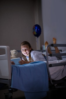 Pacjent korzystający z cyfrowego tabletu na oddziale w szpitalu