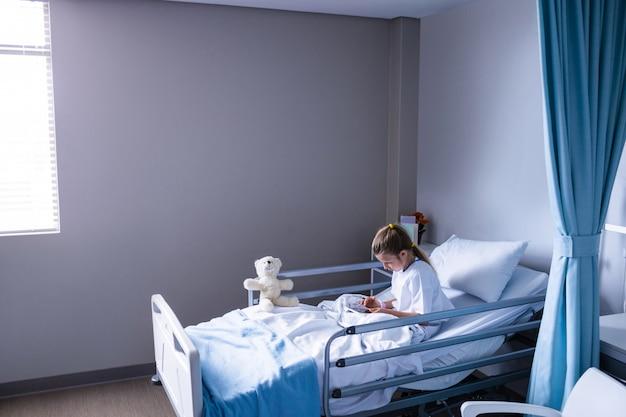 Pacjent korzystający z cyfrowego tabletu na oddziale