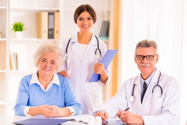 Pacjent lekarz i pielęgniarka pozowanie na kamery.