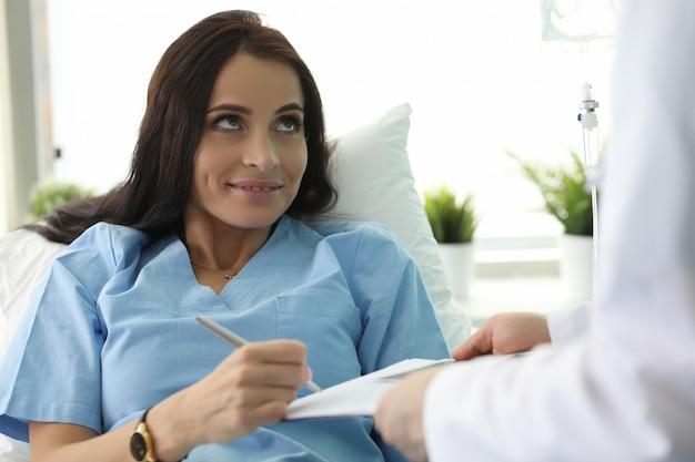 Pacjent leży na łóżku w dokumencie ze znakami klinicznymi