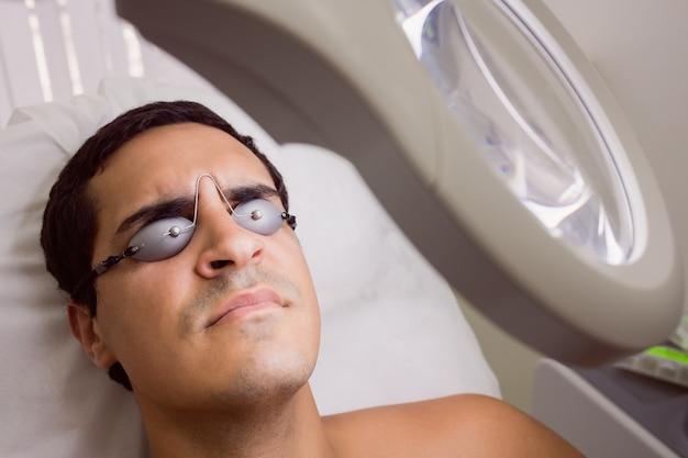 Pacjent ma na sobie laserowe okulary ochronne