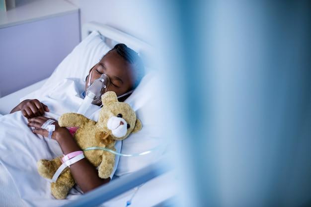 Pacjent ma na sobie maskę tlenową podczas snu