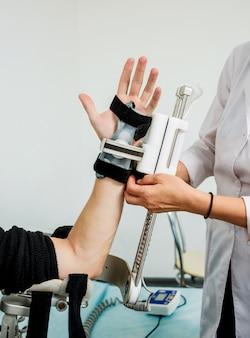 Pacjent na maszynach cpm (ciągły pasywny zakres ruchu).
