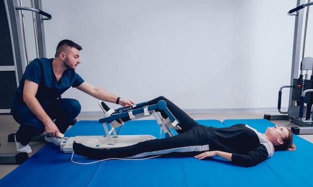 Pacjent na maszynach cpm. urządzenie zapewniające anatomicznie prawidłowy ruch zarówno stawu skokowego, jak i stawu skokowego.