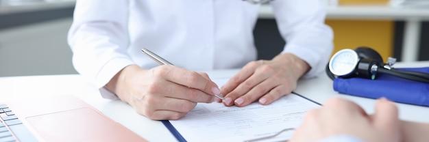 Pacjent na wizytę u lekarza w gabinecie lekarskim obywatele apelują o koncepcję opieki medycznej
