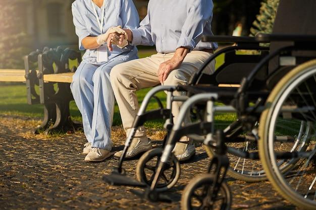 Pacjent na wózku inwalidzkim korzystający z pomocy wolontariusza