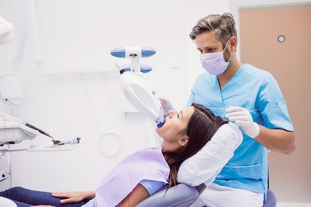 Pacjent otrzymujący leczenie stomatologiczne