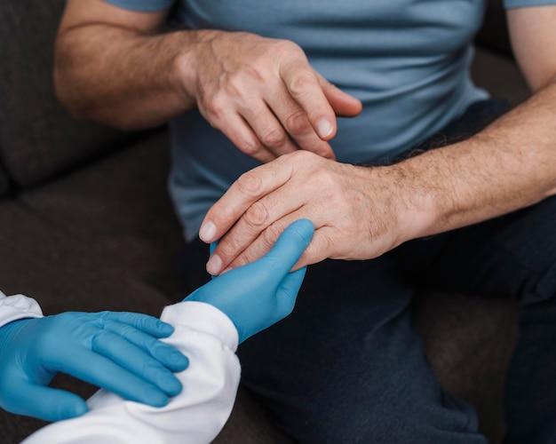 Pacjent otrzymujący wsparcie od lekarza