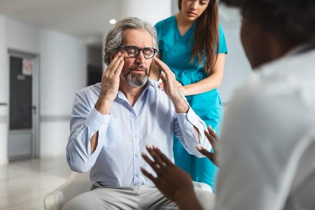 Pacjent otrzymuje złe wieści, jest zdesperowany i płacze