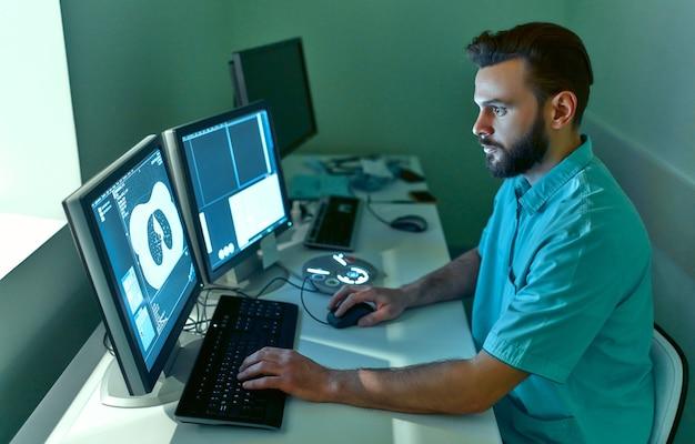 Pacjent poddawany jest badaniu rezonansem magnetycznym lub tomografii komputerowej pod nadzorem radiologa