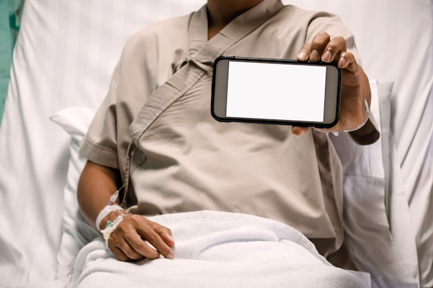 Pacjent pokazuje ekran smartphone w szpitalu