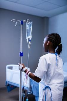 Pacjent posiadający statyw iv