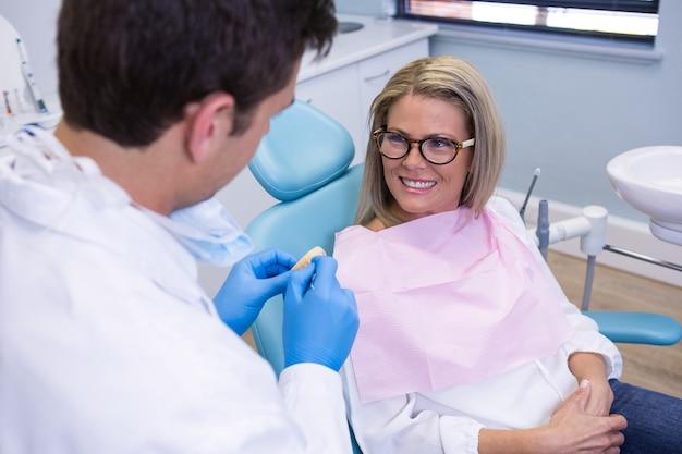 Pacjent rozmawia z dentystą w przychodni