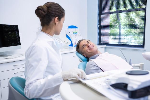 Pacjent rozmawia ze stomatologiem w przychodni