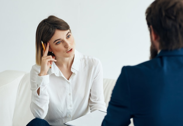 Pacjent siedzi z psychologiem psychoterapia stres komunikacyjny