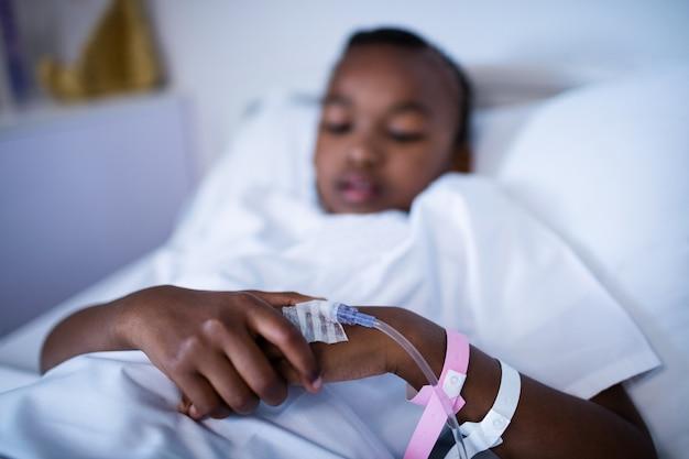 Pacjent śpi na łóżku w szpitalu