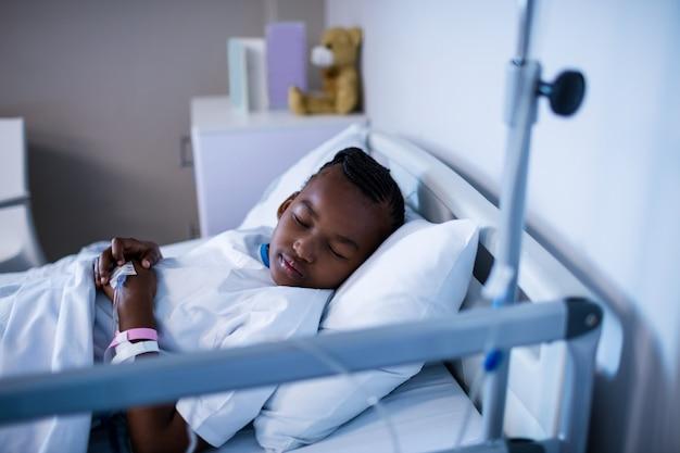 Pacjent śpi na łóżku