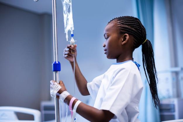 Pacjent trzyma stojak iv w szpitalu