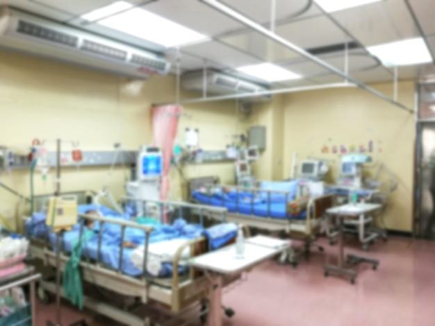 Pacjent w gabinecie icu, w pokoju kryzysowym, leży w łóżku