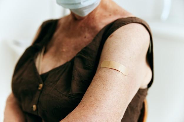 Pacjent w klinice kruczego paszportu szczepień w zbliżeniu bezpieczeństwa