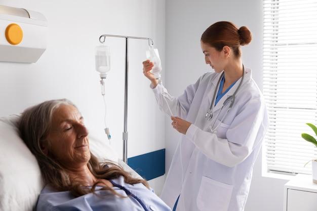 Pacjent w łóżku rozmawia z lekarzem