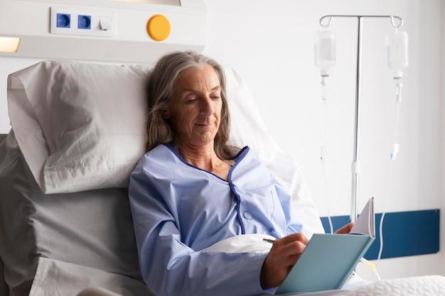 Pacjent w łóżku w szpitalu