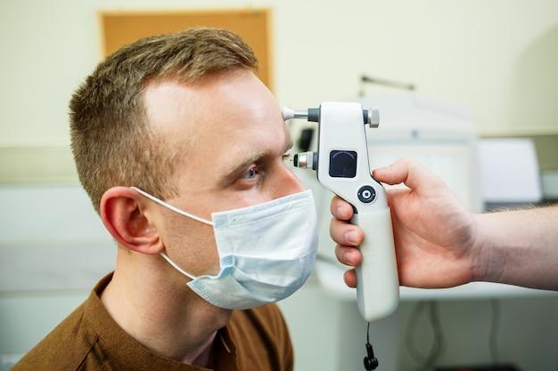 Pacjent w szpitalu okulistycznym. diagnostyka oka w nowoczesnym szpitalu.
