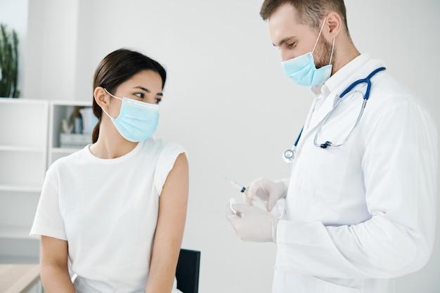 Pacjent w szpitalu otrzymuje wstrzyknięcie przeciwko zakażeniu wirusem epidemii szczepień