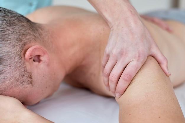 Pacjent w trakcie terapii u fizjologa