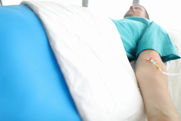 Pacjent z cewnikiem w ręku