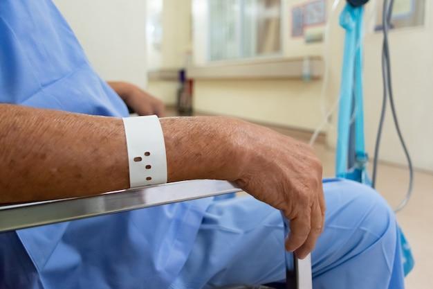 Pacjent z dożylnym roztworem soli fizjologicznej w szpitalu