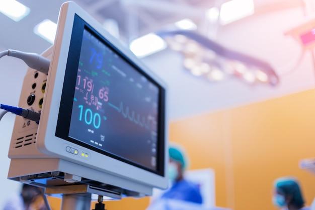 Pacjent z nagłym przypadkiem er z monitorem ekg serca i ciśnienia krwi w szpitalu