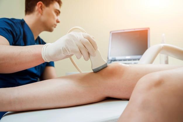 Pacjent z ortopedą w swoim gabinecie.
