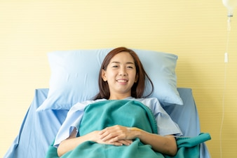 Pacjentka na łóżku szpitalnym