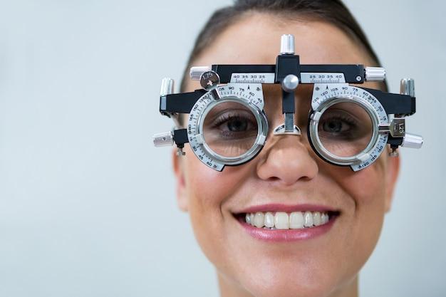 Pacjentka noszenie mesbrille podczas badania wzroku