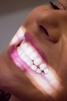 Pacjentka otrzymująca leczenie stomatologiczne