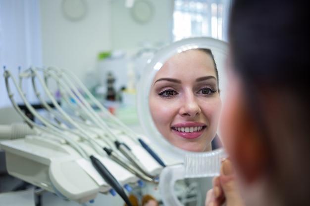 Pacjentka patrząc na jej twarz w lustrze
