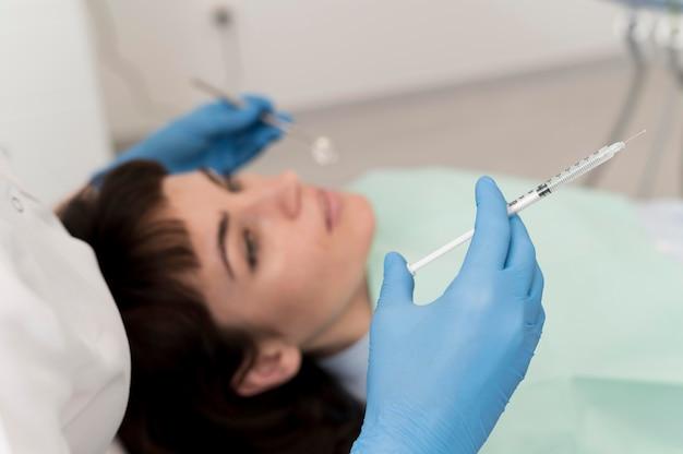 Pacjentka po zabiegu wykonanym u dentysty