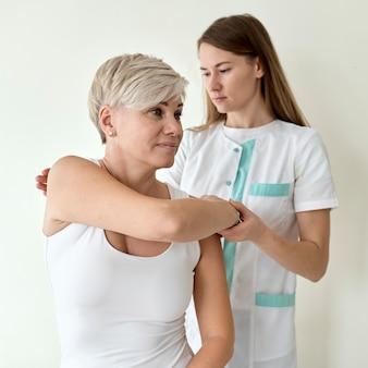 Pacjentka poddawana fizjoterapii