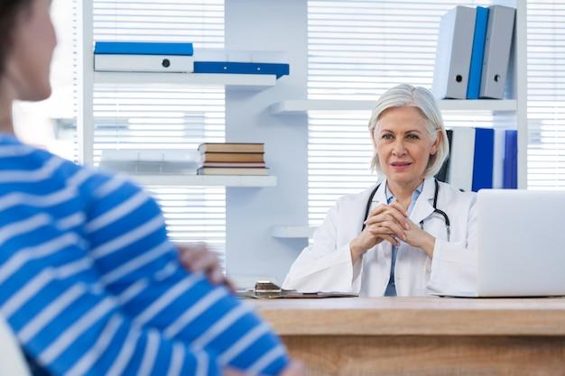 Pacjentka w ciąży konsultacji z lekarzem
