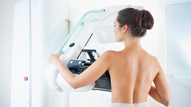 Pacjentka wykonująca badanie mammograficzne profilaktyczne raka