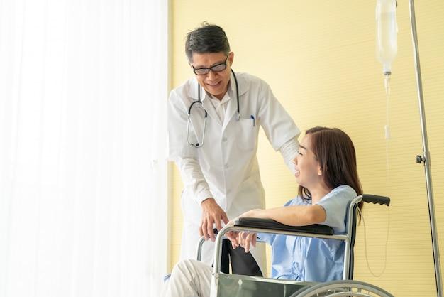 Pacjentki na wózku inwalidzkim z lekarzem